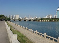 Avia - Bailuzhou_lake_park.jpg