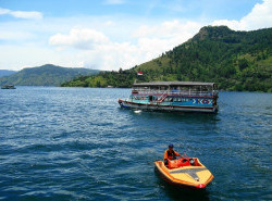 Avia - Lake_Toba,_North_Sumatera_(13).JPG